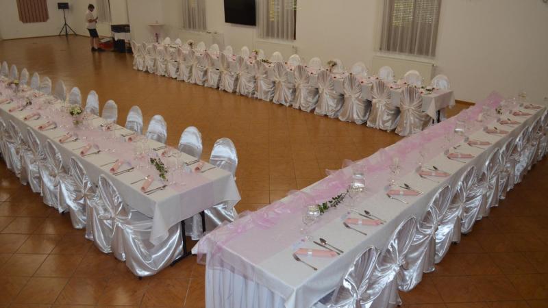 Růžová svatební tabule na kongresovém sále
